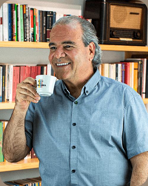 Carlos Felipe Mjeía tomando una taza de café